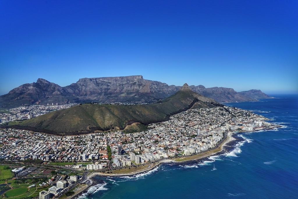 Die Küsten am Kap sind wunderschön gelegen - nach dem Flug erhalten die Fluggäste einen Stick mit der Videoaufzeichnung über den gesamten Flug; inkl. Innenaufnahme