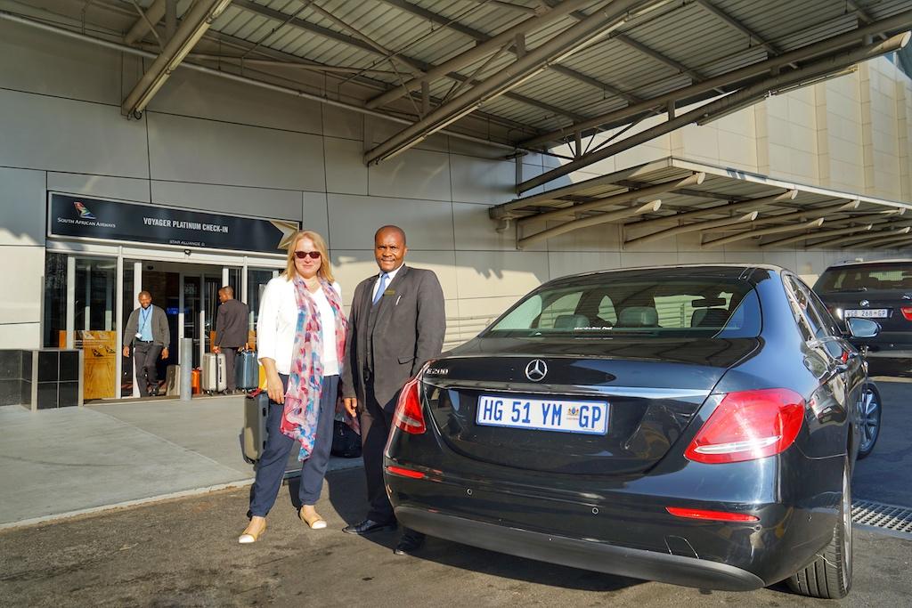 Vor dem Platinum Check-in... im Hintergrund werden unsere Koffer schon verbracht: Die FrontRowSociety Reportagen-Tour Südafrika neigt sich dem Ende zu. Nochmals einen großen Dank an JARAT TOURS, welche maßgeschneiderte Luxustouren anbieten und uns in Kapstadt und Johannesburg erstklassig chauffiert haben