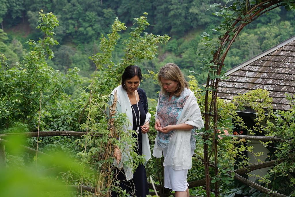 Renate kennt jedes Hälmchen des Kräutergartens des Luxushotels Castel Fragsburg