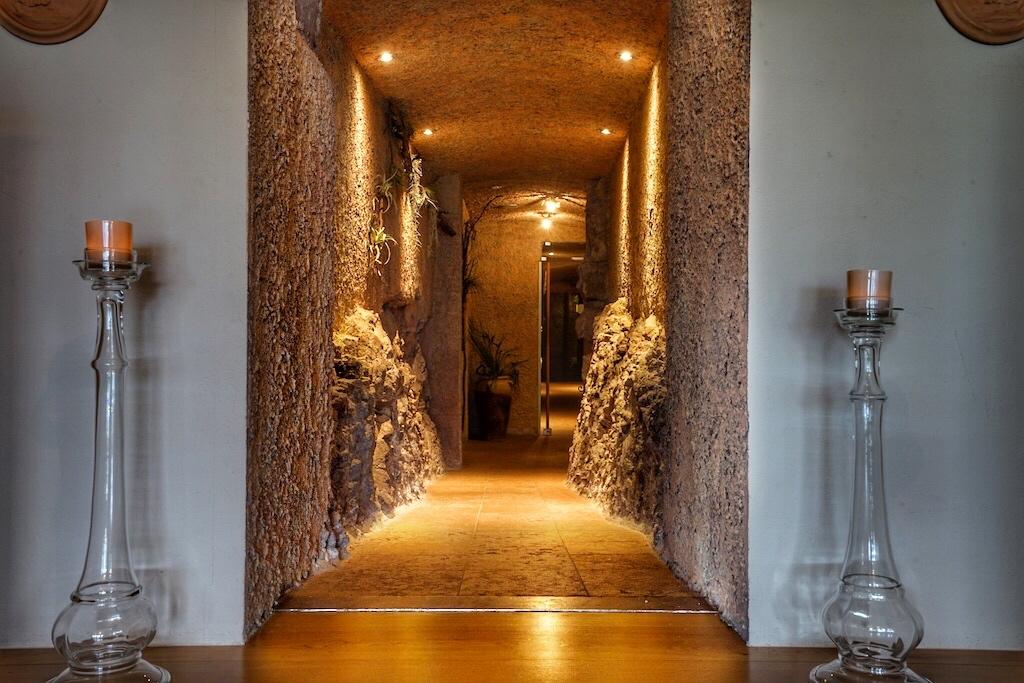 Durch diesen fabelhaft illuminierten Gang wandelt man entspannt und sorgenfrei nach einen Treatment im Castellum Natura zu seiner Suite
