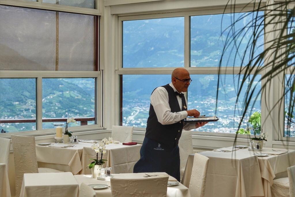 Im lichtdurchfluteten Restaurant des Castel Fragsburg wird der Gast vom diskreten und zuvorkommenden Service verwöhnt