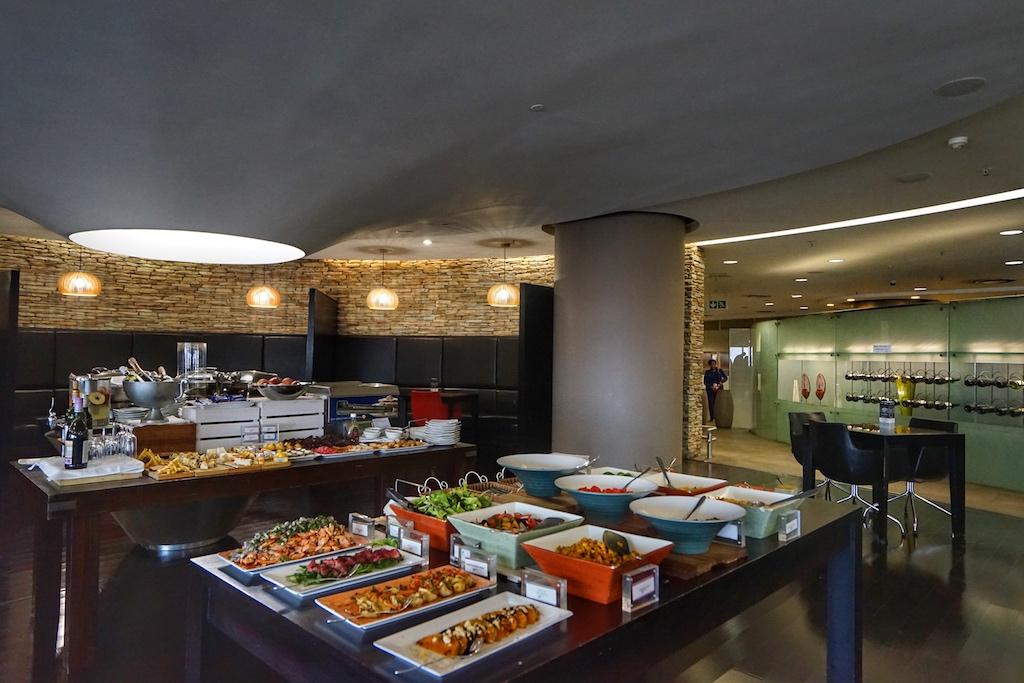 Der Restaurantbereich der Cycat First Class Lounge; afrikanische Delikatessen rund um die Uhr