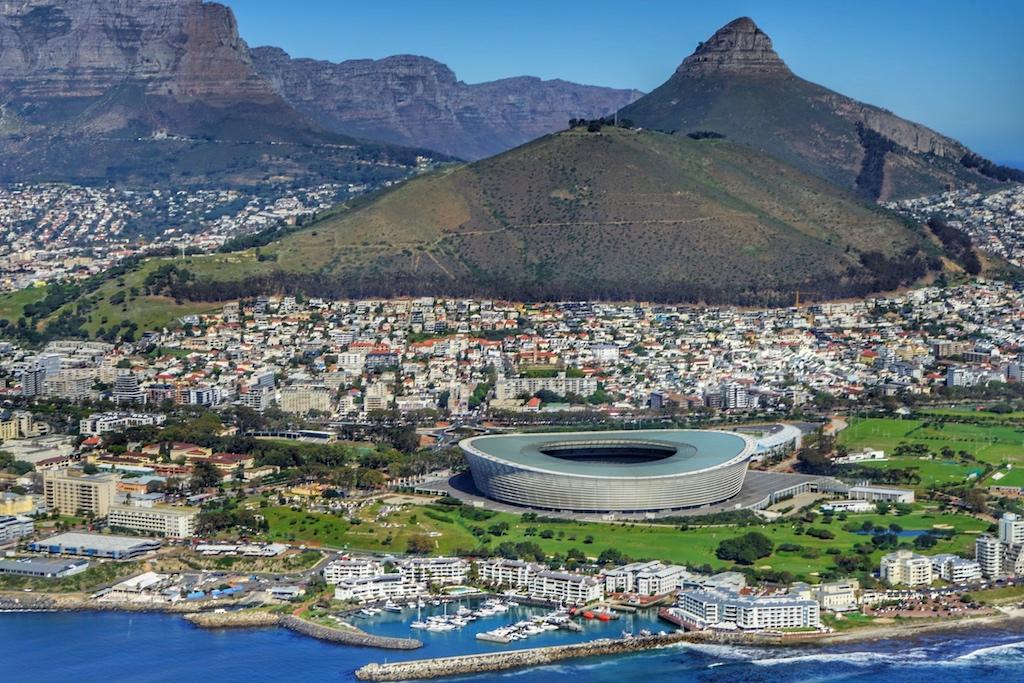 Eine atemberaubendes Panorama auf das Kapstadt-Stadion von Cape Town, welches anlässlich der Fußball-WM 2019 erbaut wurde