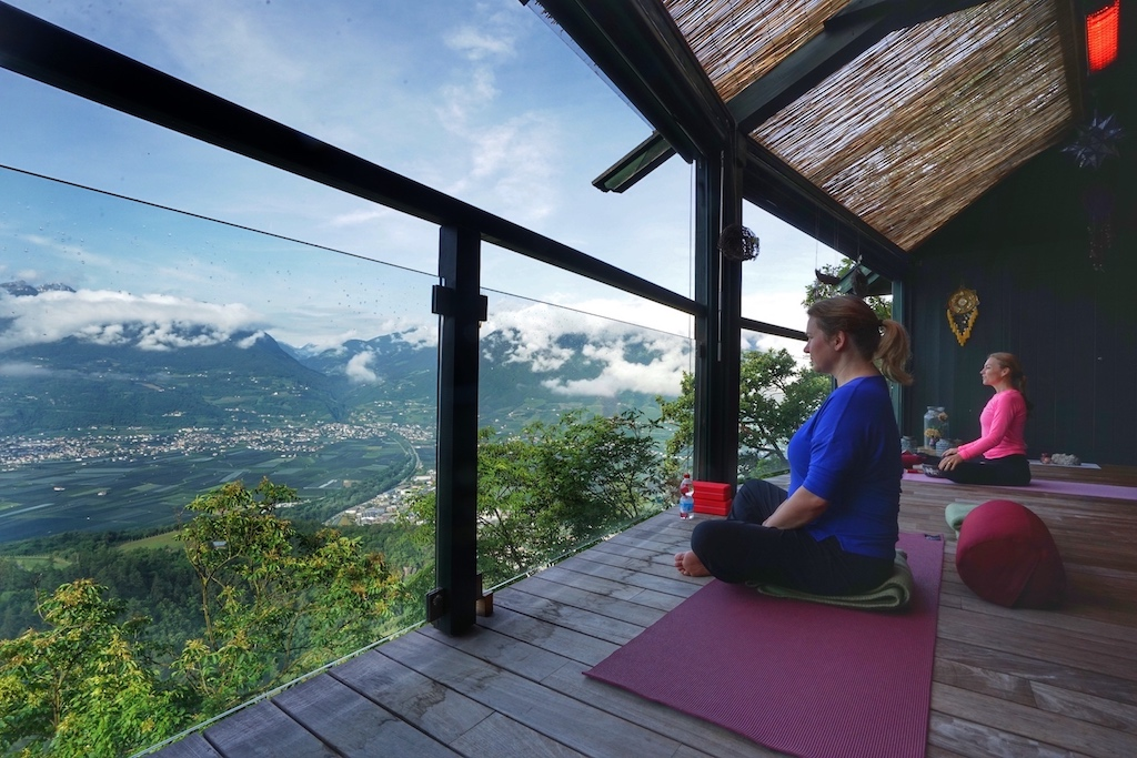 Faszination Yoga. Inzwischen auch in Europa zu einer Bewegung geworden, nutzen wir seine spirituelle Energie zu wenig. Im Sanctuarium bringt Bellé Flora Steine ins Rollen, neue Lebensenergie zu schöpfen und nachhaltig in den eigenen Alltag zu integrieren
