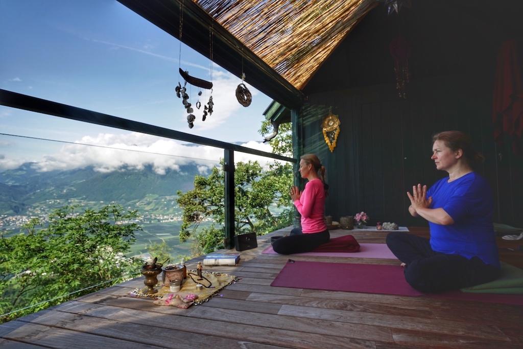 Yoga-und Tanzlehrerin, Sängerin, Initiatorin und Visionärin Isabelle Hahn (li.) begleitet mit ihrem Sanctuarium eine Vorreiterrolle in den Alpen