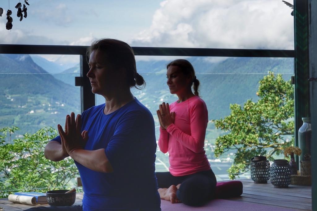 Isabelle Hahn (re.), auch Bellé Flora, weist mit ihrer Spiritualität Interessierten mögliche Wege der Entschleunigung