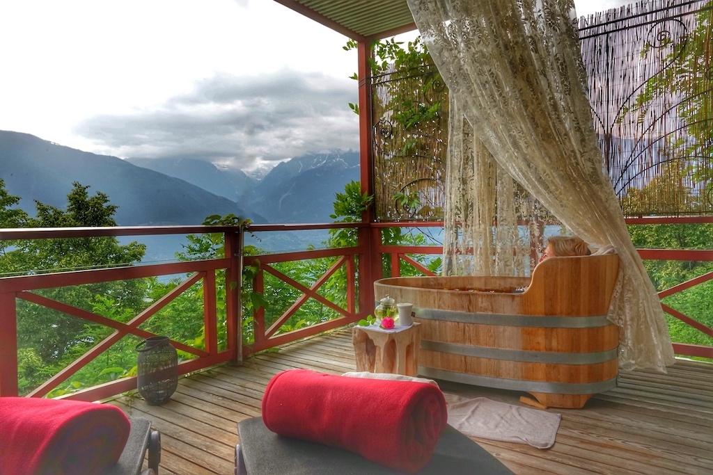 Zeit für Zwiesprache mit sich und der Natur im Rosenblüten-Basenbad auf der Panorama-Lodge des Castellum Natura