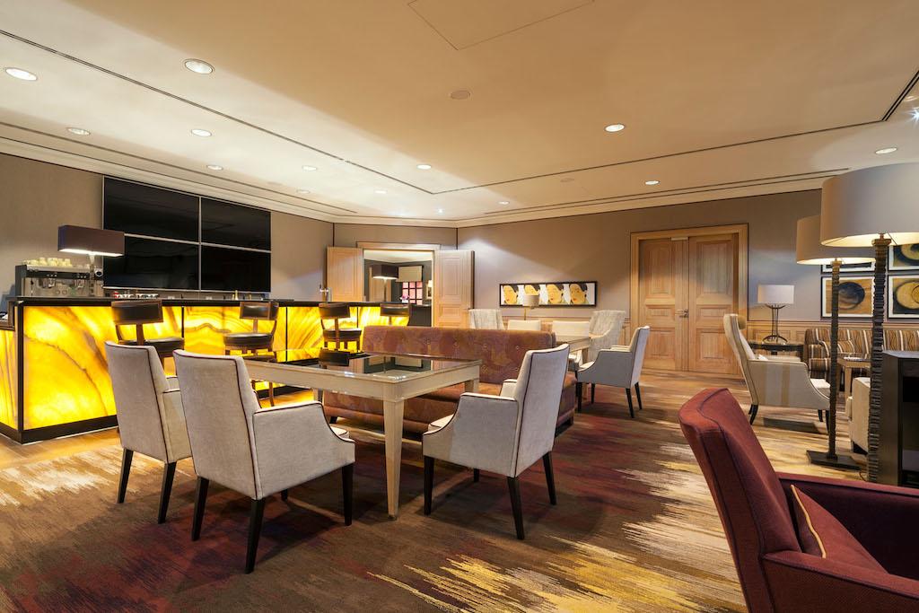 Der öffentliche Bereich der VIP Lounge. Wer keine private Suite gebucht hat, verbringt hier seine Zeit vor dem Abflug