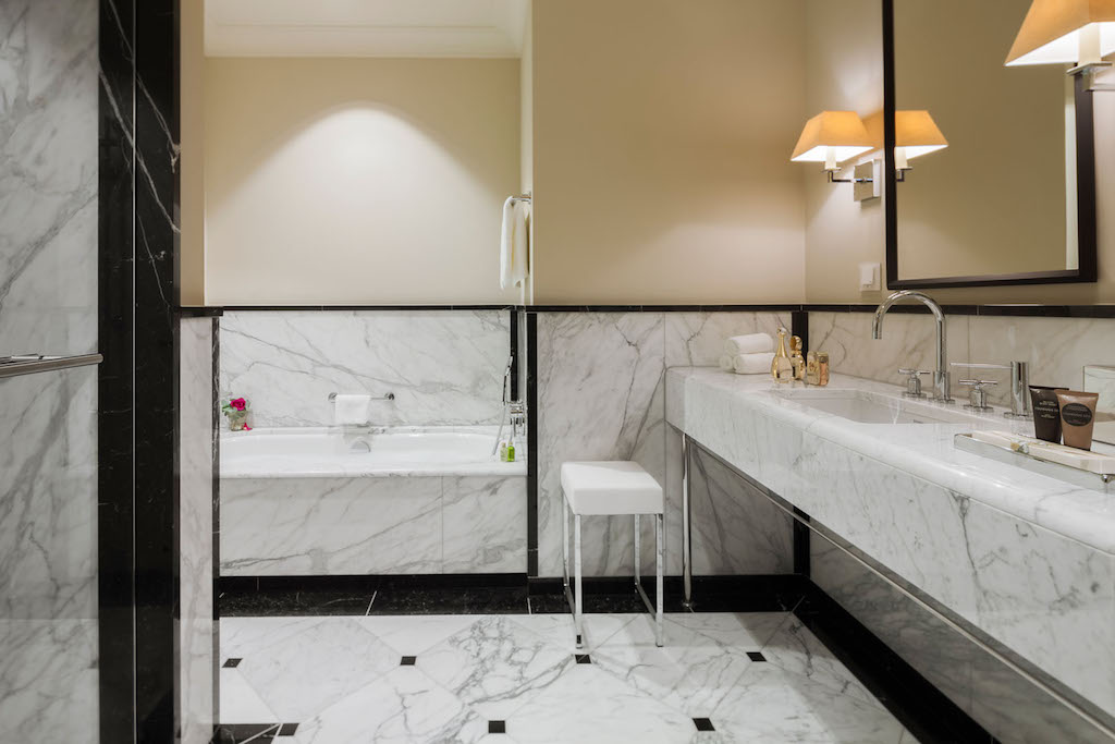 Jeder der privaten VIP Suiten hat ein eigenes Badezimmer. Feinstes Marmor und hochwertige Pflegeprodukte erwarten hier den VIP