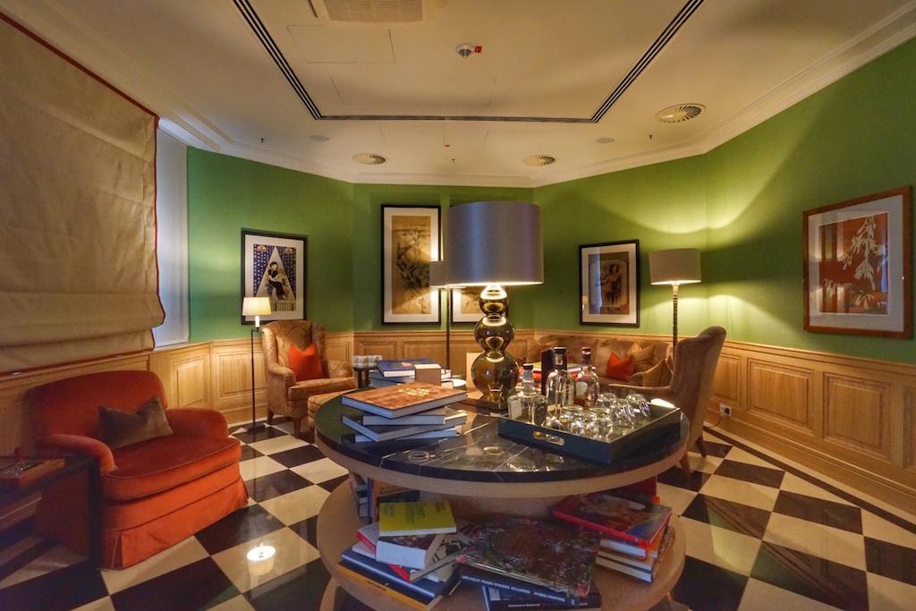 In der Cigar- und Smokers-Lounge werden internationale Zeitschriften und Magazine vorgehalten, aber auch erlesene Whiskys, welche inkludiert sind ...