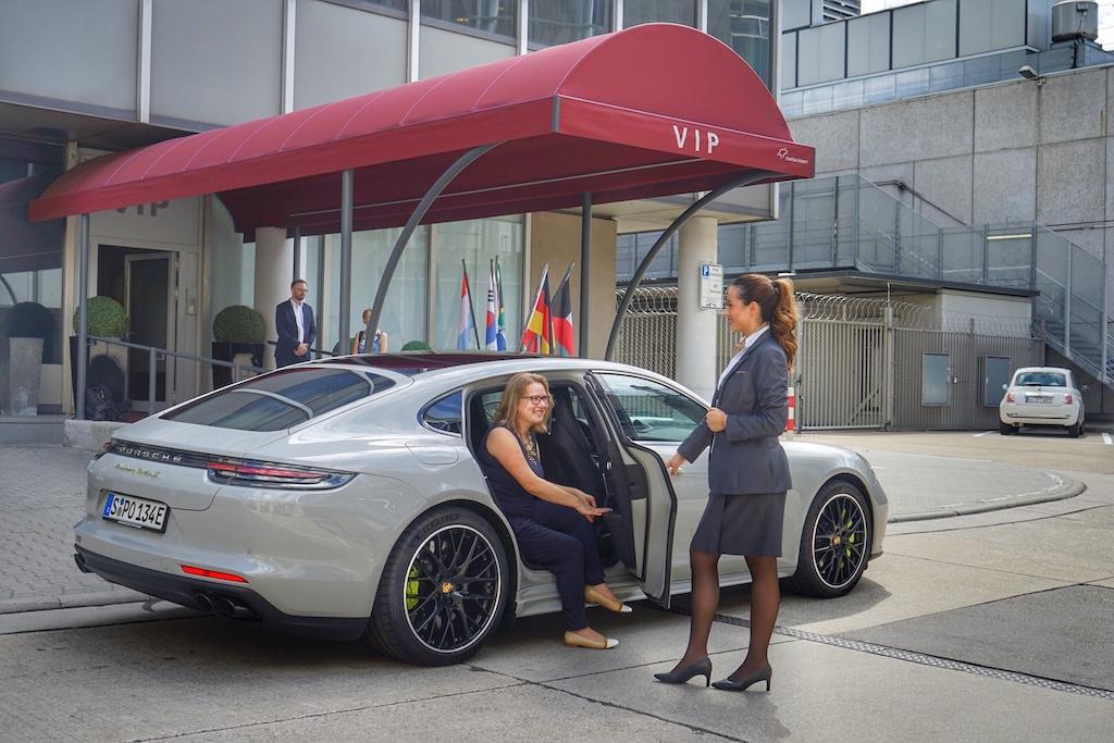 Annett Conrad, Mitherausgeberin des Magazins FrontRowSociety, wird standesgemäß am VIP-Eingang des Frankfurt Airports begrüßt