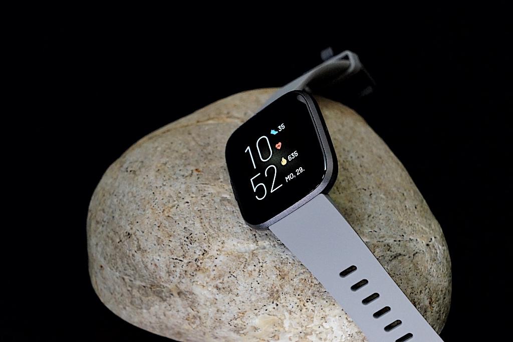 Auch in der Farbe grau ist die Fitbit Versa 2 sehr beliebt