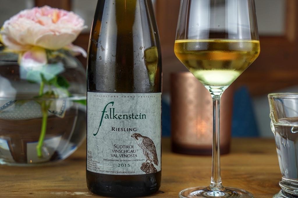 Der wohntemperierte Riesling Falkenstein ist ein idealer Begleiter zu leichten Speisen
