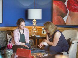 VIP-Shopping in der Private Blue Royal Suite. Wempe Apprentice Commercial Business Administrator Ronya Lapp präsentiert Annett Conrad feinste Colliers von Wempe