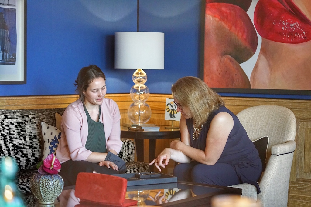 VIP-Shopping in der Private Blue Royal Suite. Wempe Apprentice Commercial Business Administrator Ronya Lapp präsentiert Annett Conrad feinste Colliers von Wempe