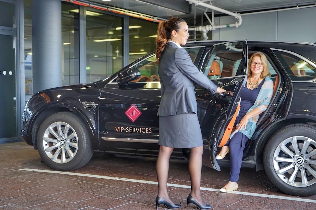Angekommen an der VIP Lounge: Von der ersten Durchgangslounge geht es mit dem Bentley weiter zur eigentlichen VIP-Lounge und den privaten Suiten