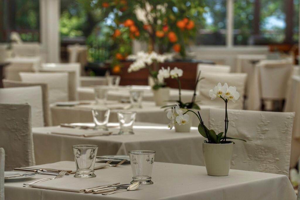 Liebevolle Arrangement betonen das Ambiente des Restaurants
