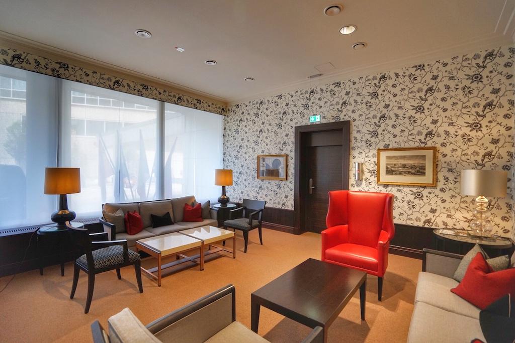 Die Durchgangslounge an Tor 13 bietet für Gäste eine separate, sehr großzügige Räumlichkeit, die gerne von Königsfamilien oder Politikern genutzt wird