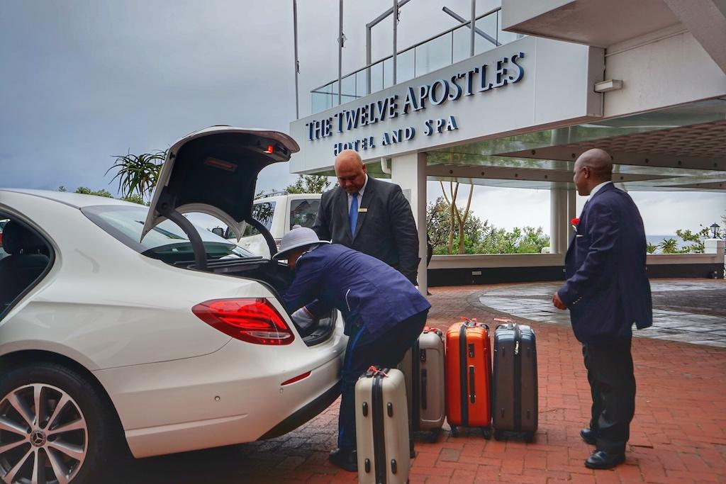 Der Abschied vom The Twelve Apostles Hotel & Spa ist gekommen. Die Koffer werden verladen. Jarat Tours chauffiert uns nun zum nächsten Leading Hotel of The World, dem legendären Cape Grace