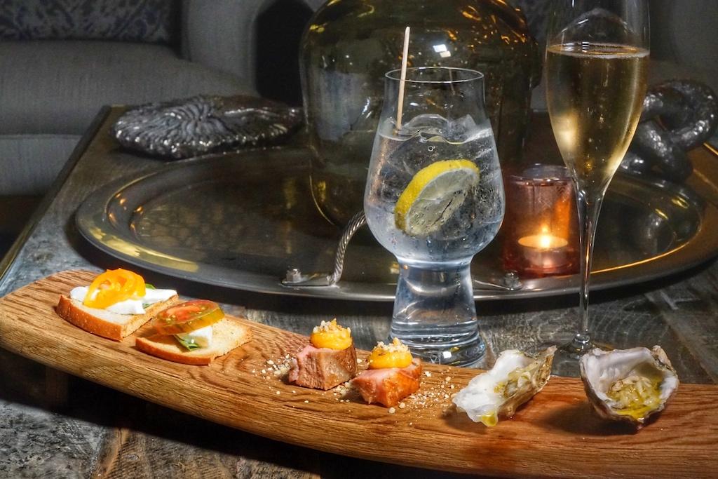 Vor dem Dinner wird zu kleinen Häppchen geladen, wahlweise mit Champagner oder einen guten Gin & Tonic