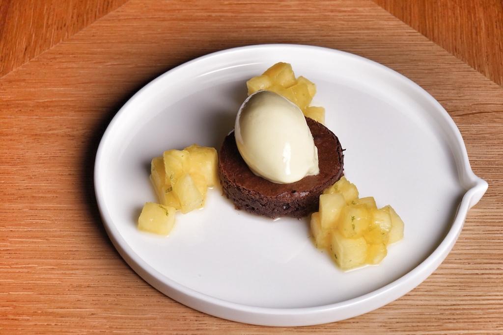 Limette, Ananassorbet, mit Estragon verfeinertes Ananasragout auf einem vorzüglichen Schokoladentarte