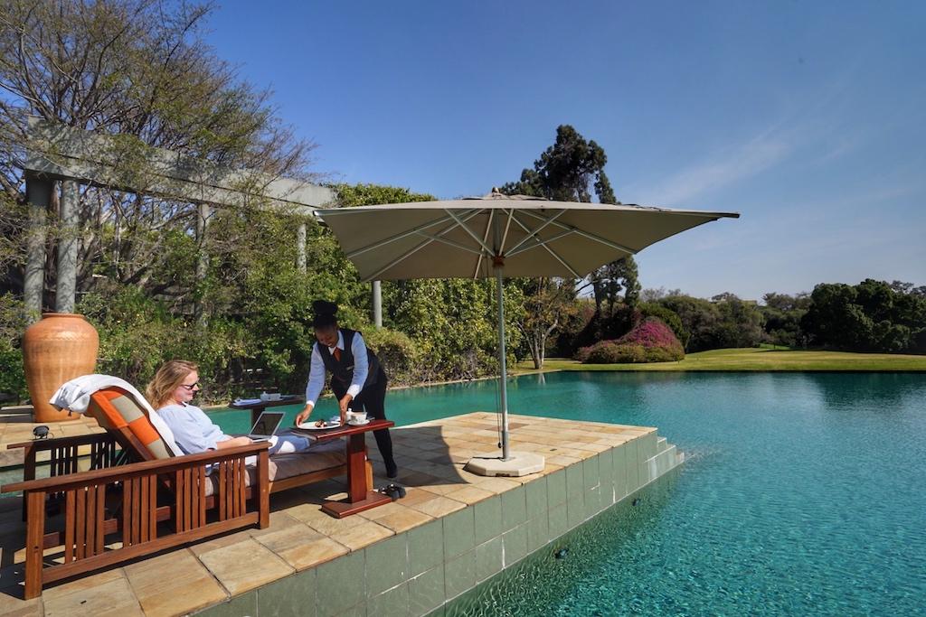 Auf zirka 10 Hektar befindet sich die Luxusherberge Saxon Hotel, Villas & Spa. Eingebettet zwischen Wasser, Wiesen und einer Gartenanlage,in welcher endemische Pflanzen sprießen. Hier fühlt sich FrontRowSociety - The Magazine Mitherausgeberin Annett Conrad - auch bei der Arbeit am AirBook - sichtlich wohl