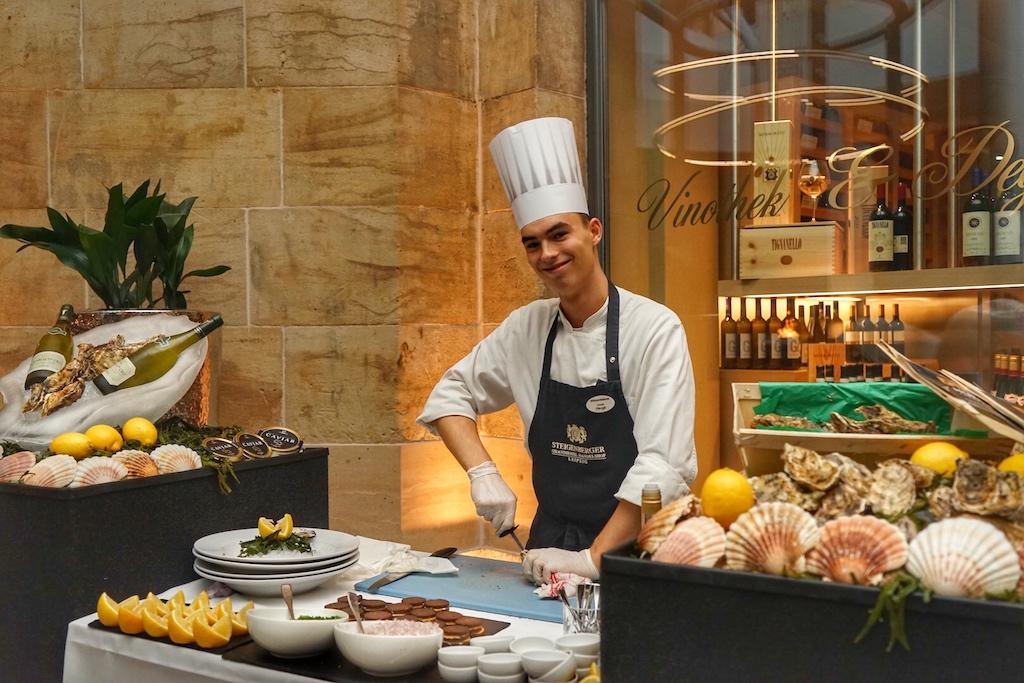 Frische Austern werden vor den Augen der Gourmets geknackt