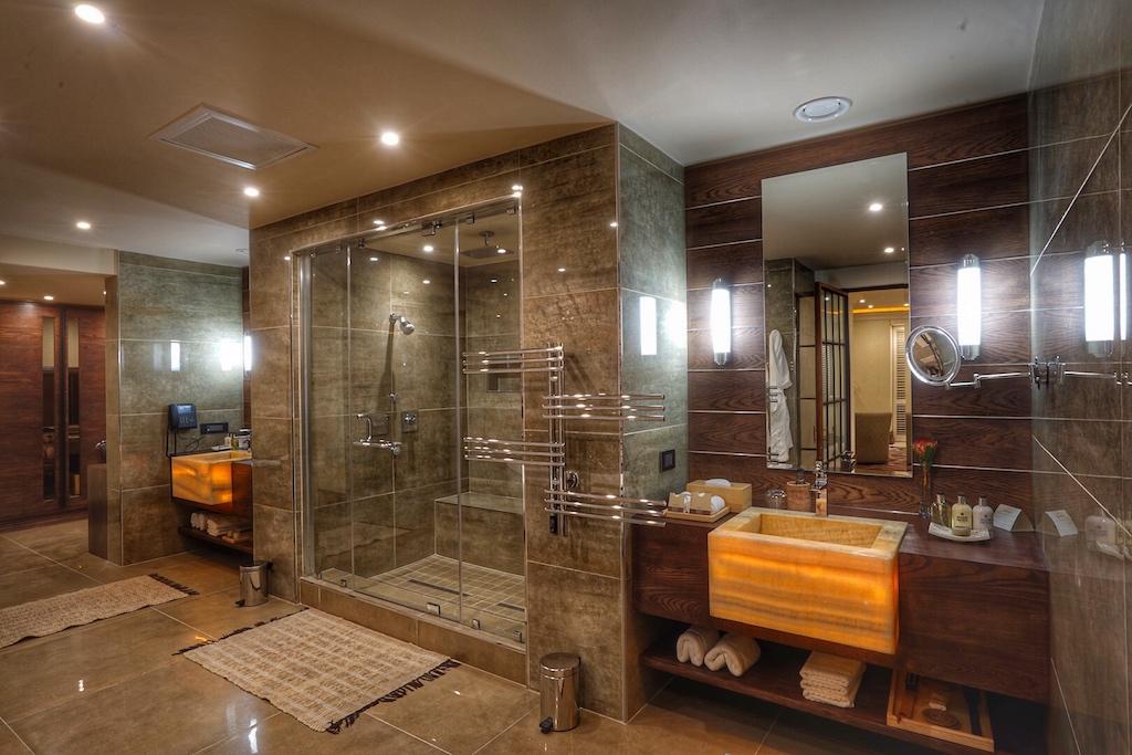 Die Größe des Badezimmers, mit privater Dampfsauna und innenbeleuchteten Waschbecken, ist großzügiger als manches Gästezimmer eines europäischen Luxushotels