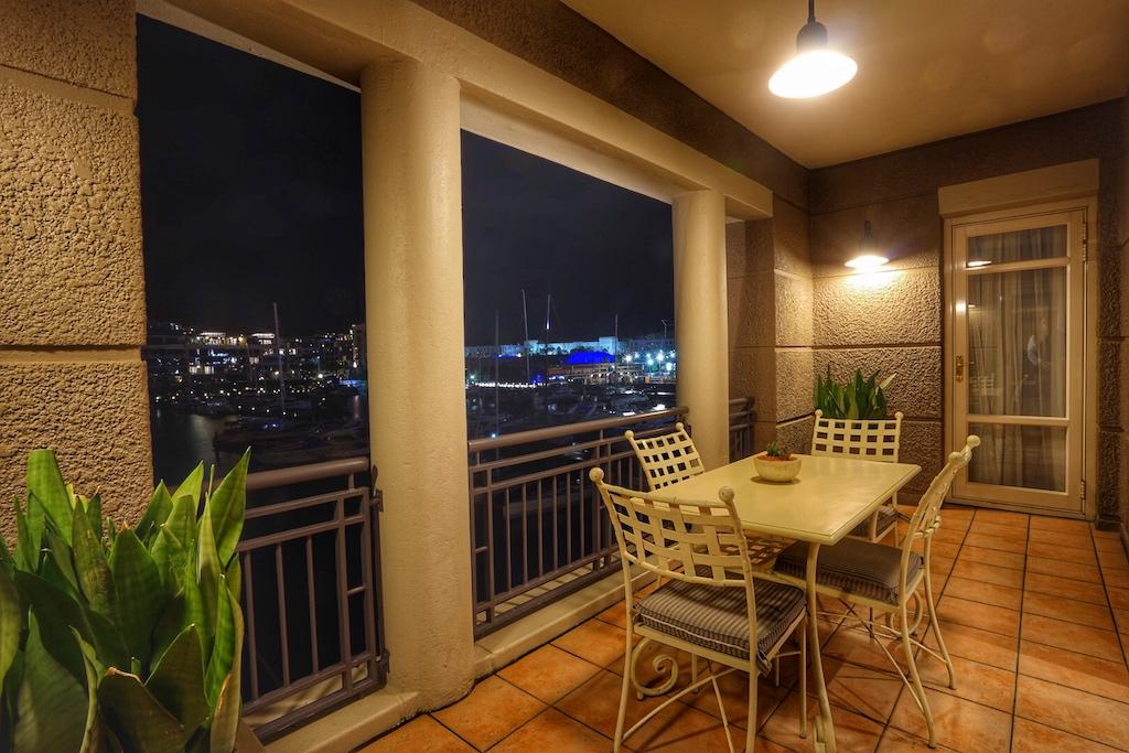 Von der großen Terrasse aus haben die Gäste freie Sicht auf den Yachthafen