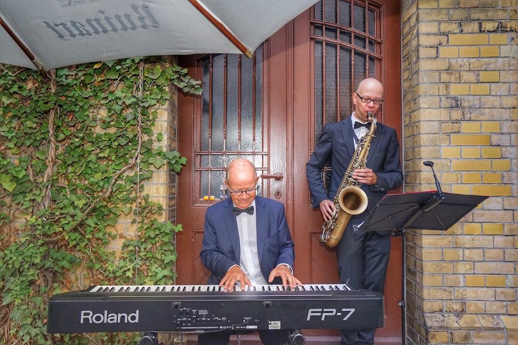 Im Innenhof sorgten Andreas W.E. Gischke - am Piano und Volker Dahms am Saxophon für Stimmung