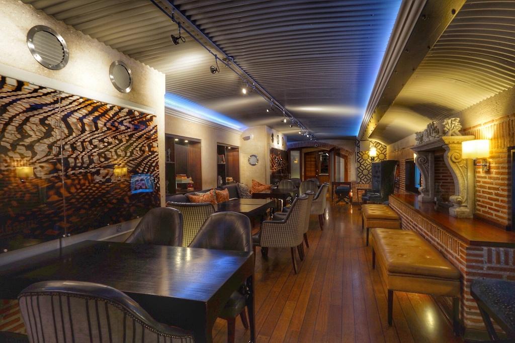 Die Bascule Lounge ist mit stilvollen Möbeln eingerichtet, ...
