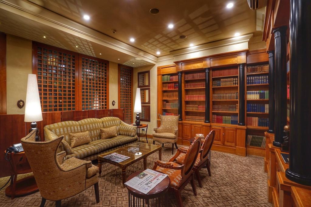 Zigarren und Bücher: Die Zigarrenauswahl ist in der Cigar Lounge umfangreich und bietet eine großeAuswahl an verschiedenen Größen und Geschmacksrichtungen