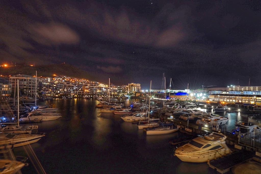 Je nach dem, in welchem Teil des Luxushotels der Gast residiert. Entweder kann man in den ruhigen Yachthafen schauen...