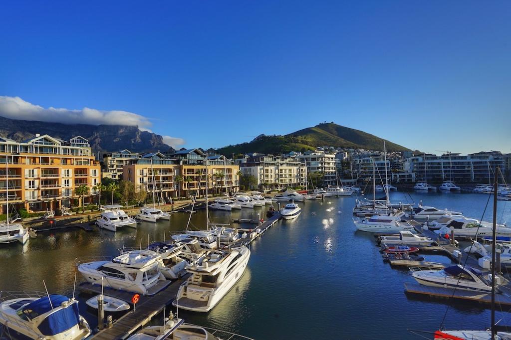 Auch von der Dachterrasse des Cape Grace hat man einen schönen Blick; wie hier auf den Tafelberg, den Signal Hill und den ruhigen Yachthafen