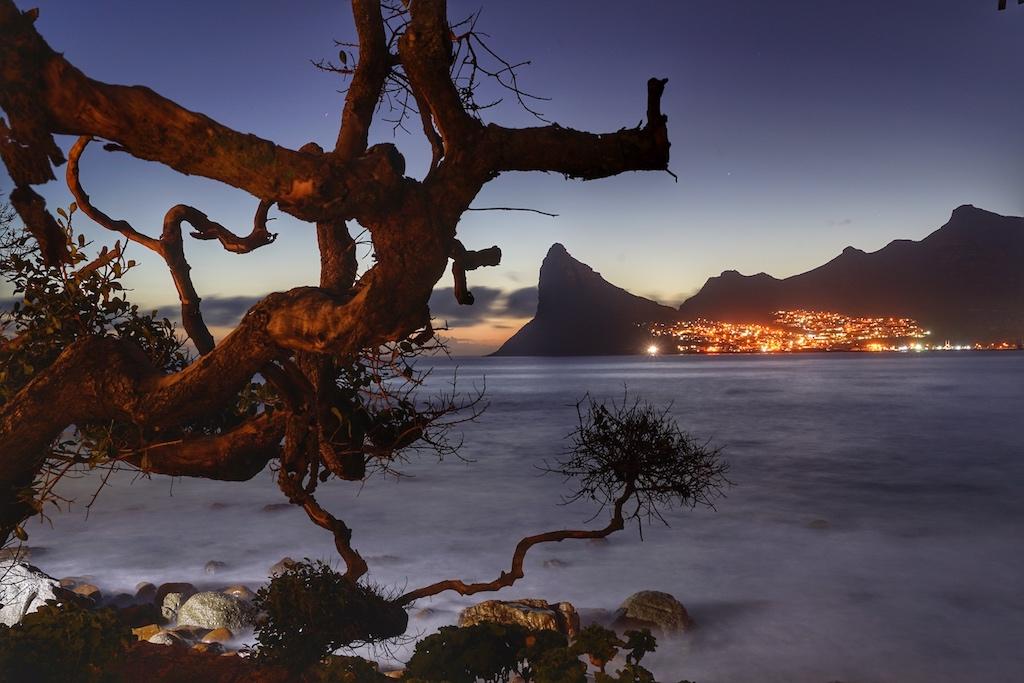 Auch nachts ein ganz besonderer Anblick - die Haute Bay auf der gegenüberliegenden Seite