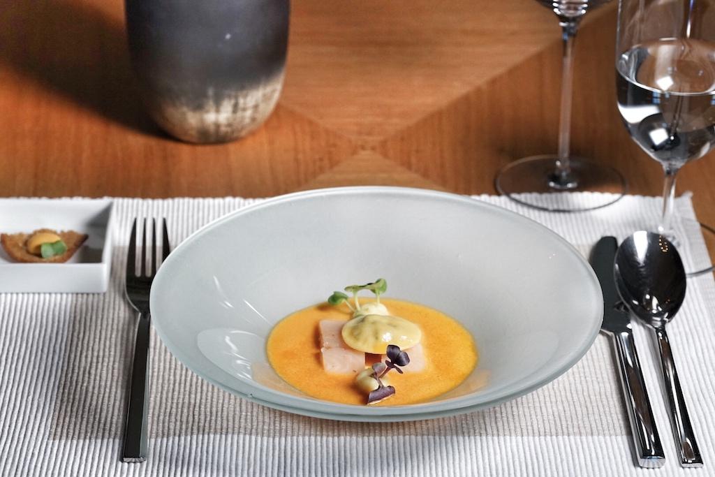 Vom General Manager Thomas Bonanni höchstpersönlich serviert: Bouillabaisse mit Süßwasserforelle und einem Flusskrebsraviolo
