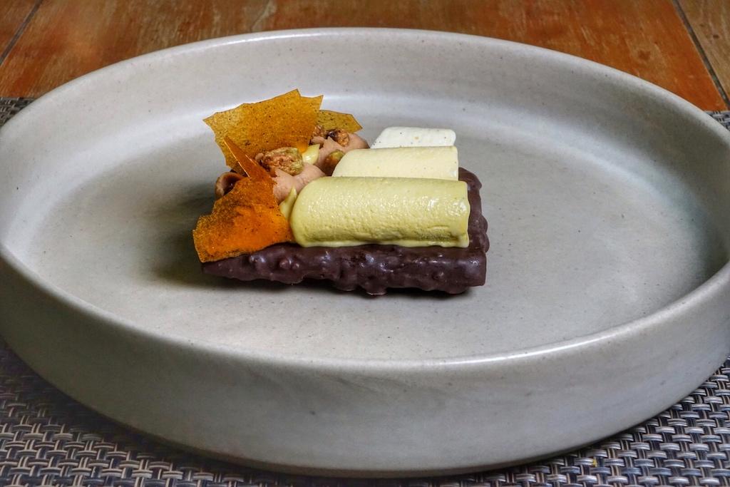 Schokoladentorte, getoppt vonVanille-Aprikosen-Parfait, einem Pistazien-Parfait