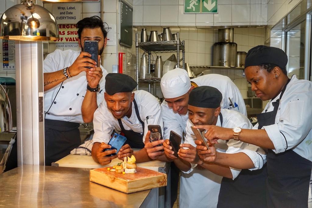 Die Küchenbrigade wurde von JT geschult und gemeinsam entwickeln sie das kulinarische Angebot weiter. Nach dem die einzelnen Gerichte für unsere Fotoshow gekocht wurden, ließ es sich auch das Küchenteam nicht nehmen, einige schnelle Fotos zu schießen