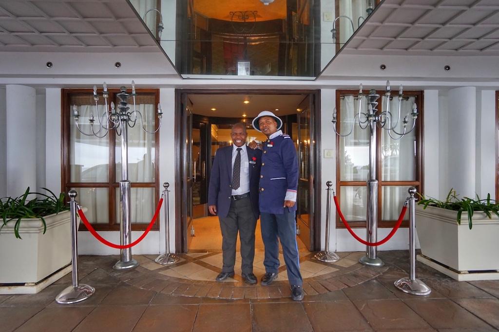 Das Team des The Twelve Apostles Hotel & Spa gibt auch gerne Tipps für attraktive Ausflüge. Der Doorman (re.) hatte viel Freude mit dem Team von FrontRowSociety