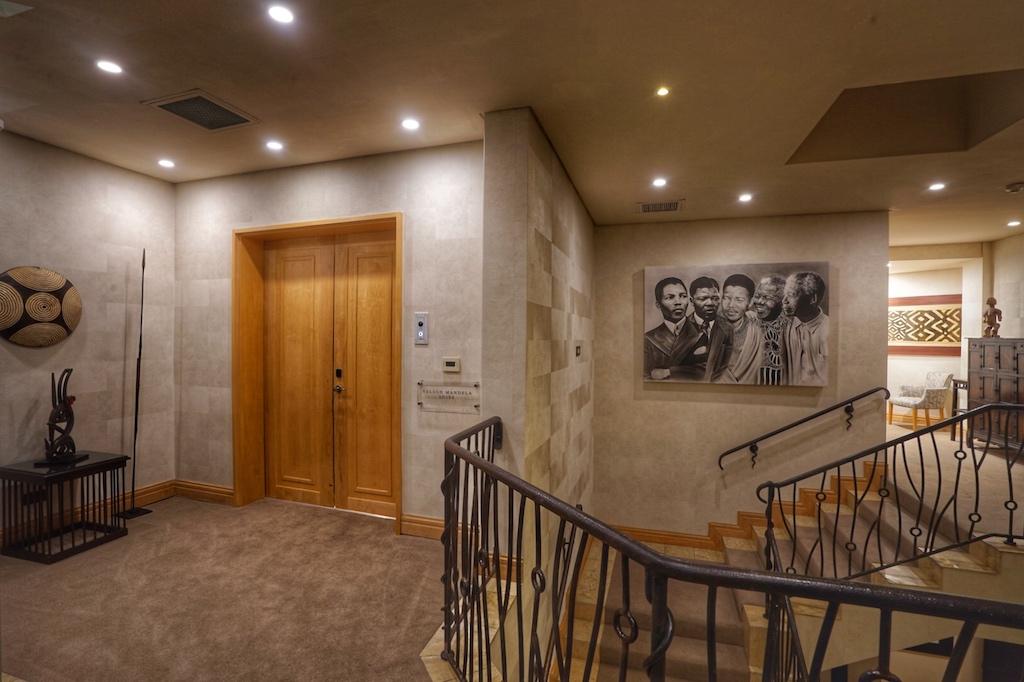 Über einen eigenen Aufzug, der auch Gäste ins Gourmet Restaurant GREIN befördert, erreicht man den Eingang der Nelson Mandela Suite