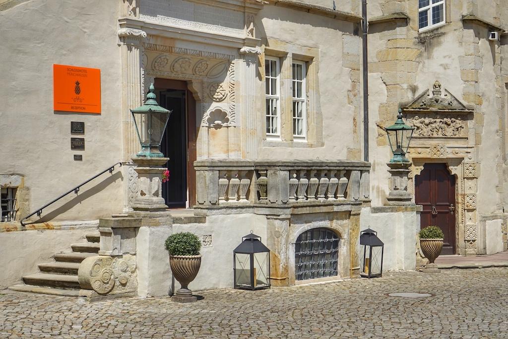 Willkommen im Schlosshotel Münchhausen - die Ananas begrüßt jeden Gast am historischen Eingang