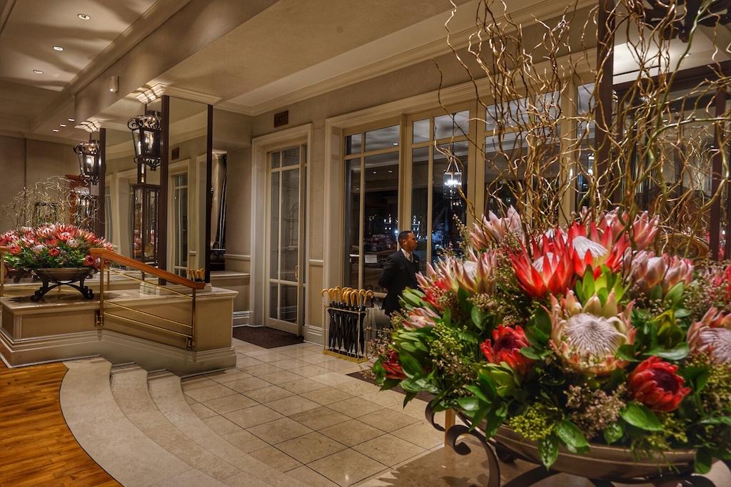Die Lobby des Cape Grace strahlt eine exklusive Atmosphäre aus
