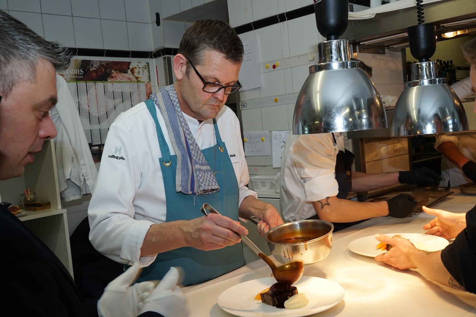 Die Saucen von 2 Sterne Koch Thomas Martin genießen einen fast legendären Ruf. Hier schauen wir ihm bei dem Teller-Finish des Hauptgangs über die Schulter