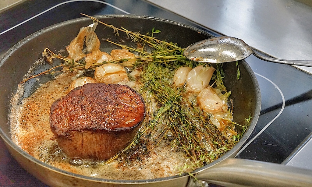 Küchenchef Sandy Bohm hatte uns einige schöne Stücke Fleisch zubereitet, welche wir direkt in der Küche des Steigenberger Grandhotels Handelshof verzehrt haben. Hier das saftige US Beef Filet