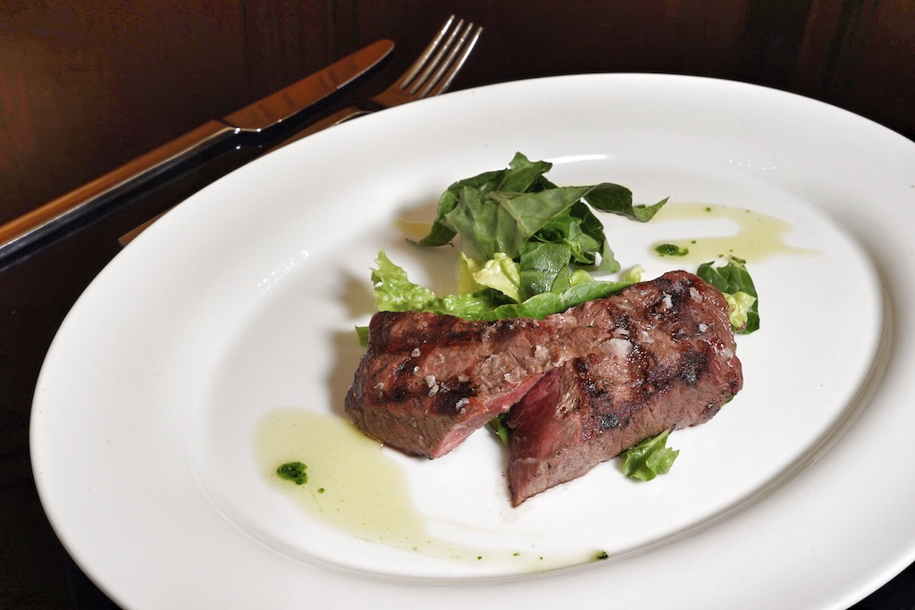 Das Black Angus Flat Iron Steak wurde auf dem Big Green Egg gegrillt