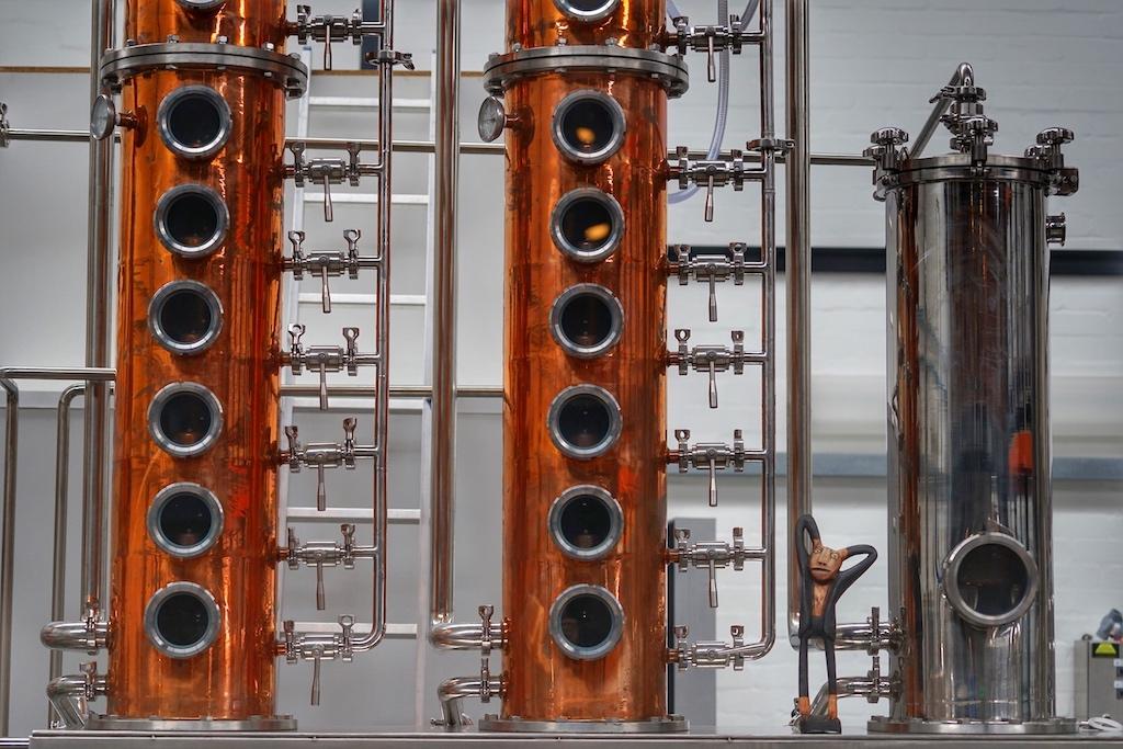 Die Kolonne, Teil der Destillationsanlage für das diskontinuierliche Verfahren