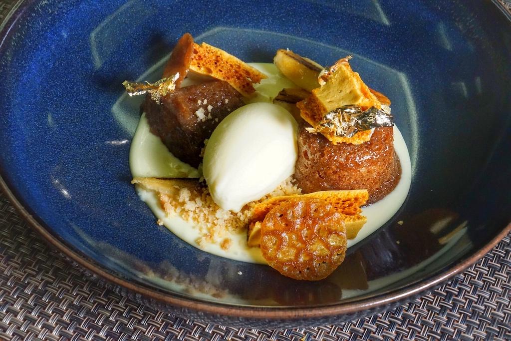 Lebkuchenpudding mit gebackener Banane, Sauce anglaise, einer Bienenwabe und einem Eis, gemacht aus einem Reserve-Whisky