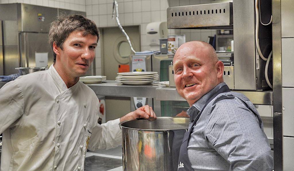 Seinerzeit war Hannes Schlegel noch Chefkoch im Restaurant Villers; hier gemeinsam mit FrontRowSociety Herausgeber Andreas Conrad an den Kochtöpfen in der Küche des Luxushotels Fürstenhof