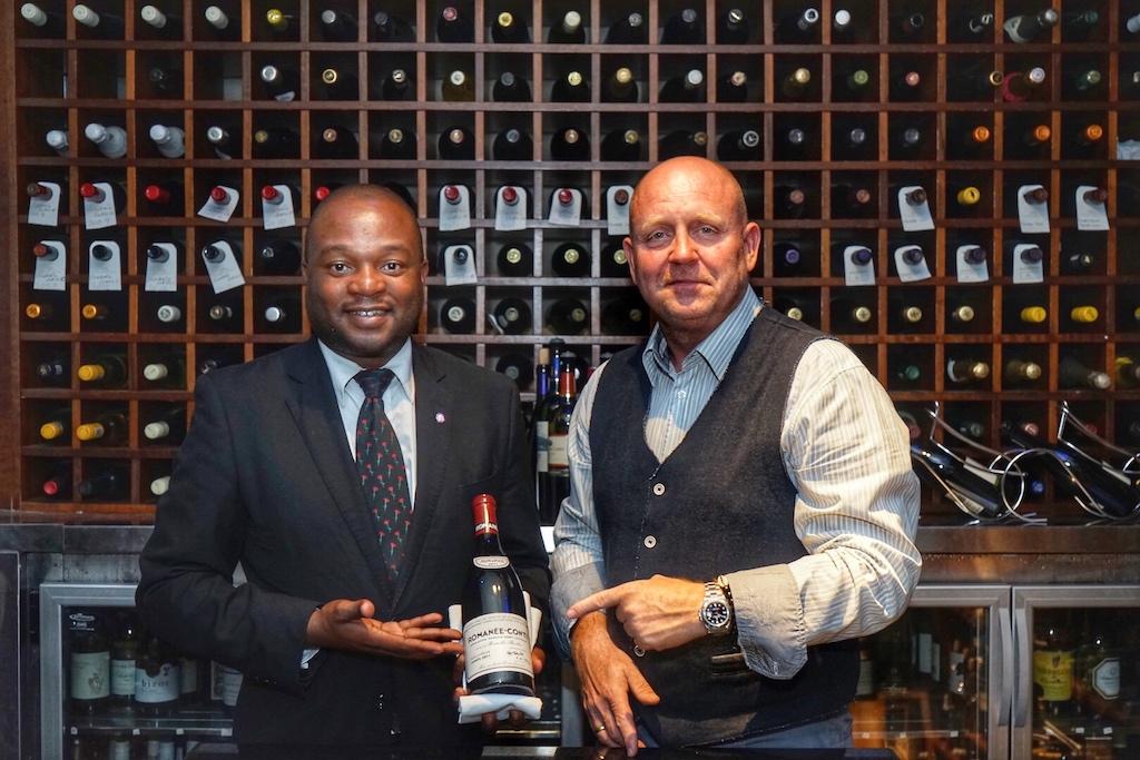 Auch der Weinkeller kann sich sehen lassen, auf welchen Head Sommelier Gregory Mutambe (li.) - hier gemeinsam mit FrontRowSociety Herausgeber Andreas Conrad - sehr stolz ist