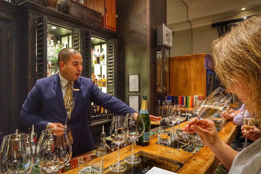 Head Sommelier Josh brint einmal wöchentlich Interessierten Weine des südlichste afrikanischen Landes nahe